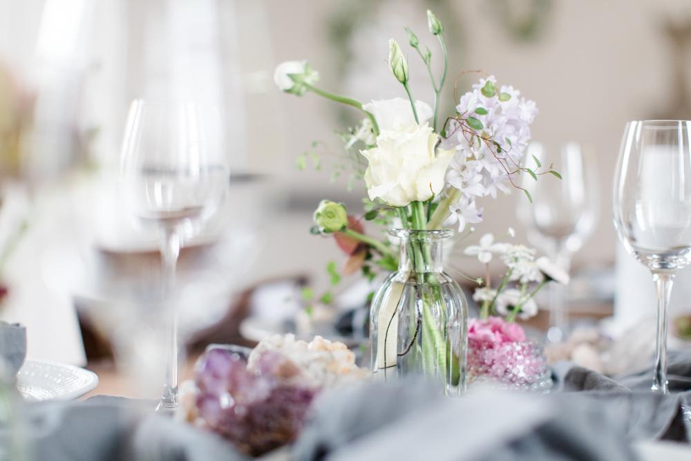 Verschiedene Vasen mit Blumen